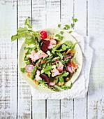 Lachs-Spargelsalat mit Radieschen und Rote-Bete (Low Carb)