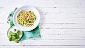 Zucchinispaghetti mit Hühnerfleisch (Low Carb)