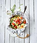 Hähnchen-Päckchen mit Zucchini, Paprika, Tomaten und Orangenschale