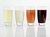 Kamillentee, Sojadrink, Aloe Vera und Granatapfelsaft im Glas