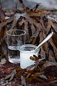 Bittersalz und ein Glas Wasser