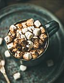 Wintergetränk: Heiße Schokolade im Becher mit Marshmallows
