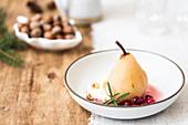 Pochierte Birnen mit Cranberries, Mascarpone und Walnüssen