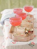 Rosa Fizz Cocktails auf Vintage-Tablett