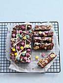 Schokoladen-Kühlschranktorte mit bunten Schokolinsen
