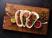 Fajitas mit gegrilltem Rindersteak, Paprika und Salsa (Tex-Mex-Küche)