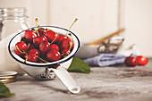 Zutaten für Kirschmarmelade: Kirschen in Vintage-Sieb