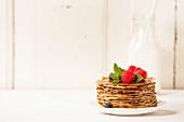 Ein Stapel Pfannkuchen mit Honig und frischen Beeren