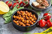 Gebratene Kichererbsen, Tomaten, Zuckerschoten, Räuchertofu und Zitrone
