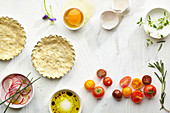 Zutaten für Miniquiche mit Tomaten (Aufsicht)