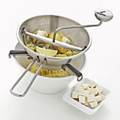 Kartoffelteig mit Käse zubereiten