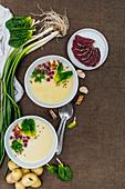 Kartoffelcremesuppe mit Spinat, Simit-Croutons und Aged Beef
