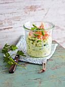 Kohlrabi-Petersilien-Salat mit Stremellachs 'To go'