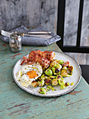Oven-roasted Brussels sprouts with bacon and a fried egg (low carb)