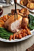 Brathähnchen mit Karotten, grünen Bohnen, Bratkartoffeln und Yorkshire Pudding