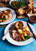 Lammbraten mit Yorkshire Pudding, Gemüse und Gravy