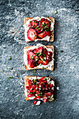 Strawberry toast with goat's cheese and basil