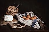 Stillleben mit Hüttenkäse, Eiern und Mehl