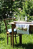 DIY-Tischläufer mit Einstecktasche für Blumen