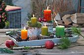 Tablett mit Kerzen auf Baumstücken