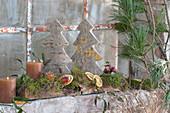 Natürliche Dekoration mit Tannenbäumchen aus Holz und Kerzen