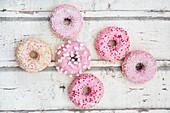Donuts mit rosa Zuckerglasur und Zuckerdekoration