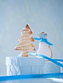 Tannenbaum- und Schneemannplätzchen mit blauem Band