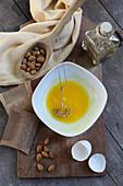Pflegende Ölpackung für die Haare aus Mandelöl, Arnikablüten und Eigelb bei Schuppen