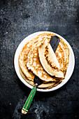 Pfannkuchen auf Teller
