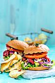 Burger und Kartoffelchips auf hellblauem Hintergrund