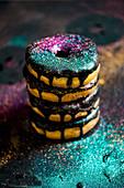 Donuts mit Schokoladenglasur und Glitter, gestapelt