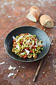 Salat mit Flageolett-Bohnen, Oliven, getrockneten Tomaten und Staudensellerie