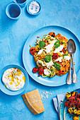 Rainbow-Zucchini mit gebratenen Balsamico-Tomaten, Burrata, Pinienkernen und Basilikum