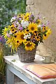Bauerngarten-Strauß mit Sonnenblumen in Korb-Vase