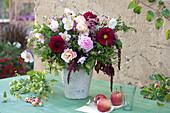 Herbstlicher Strauß mit Rosen, Anemonen und Dahlien