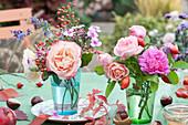 Kleiner Strauß mit Rosen, Hagebutten, Phlox und Katzenminze