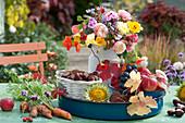 Kleines Erntedank-Arrangement mit Blumen, Obst und Gemüse