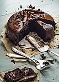 Schokoladenkuchen, angeschnitten, auf Backpapier