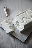 Quartirol Lombardo Käse, ein Stück abgeschnitten