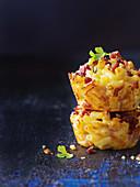 Knusprige Mac and Cheese Muffins mit Speck (Nahaufnahme)