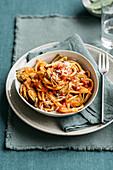Nudeln mit Tomatensauce mit Speck und Artischocken (Italien)