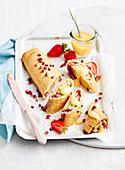 Marmeladenrolle mit Granatapfelkernen und Erdbeeren