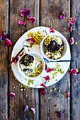 Brownie-Pistazien-Eiscreme in Schälchen