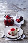 Joghurt-Panna-Cotta mit Vanille und pochierten Pflaumen