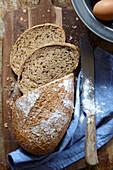 Frisch gebackenes Brot, angeschnitten