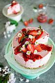 Strawberry yoghurt cake with an amaretto base