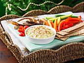 Eierdip mit Gemüsesticks und Brot (weihnachtlich)