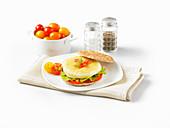 Eiweiss-Burger mit Kirschtomaten