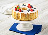 Angel Food Cake mit Zuckerguss und Beeren