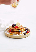 Bananen-Pancakes mit Ricotta und frischen Beeren
